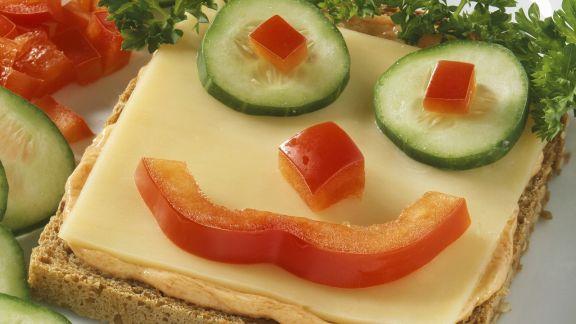 Rezept: Witziger Toast mit Käse und Gemüsegesicht