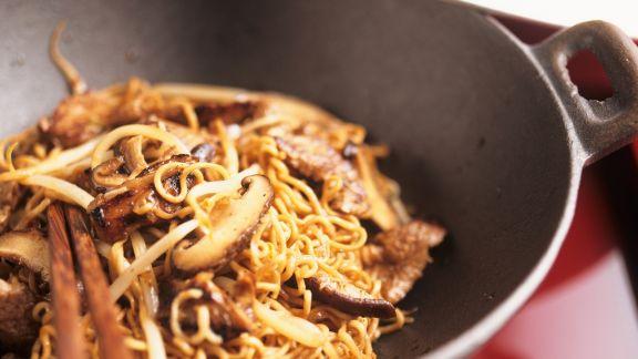Rezept: Wok mit Schweinefilet, Nudeln, Sprossen und Pilzen