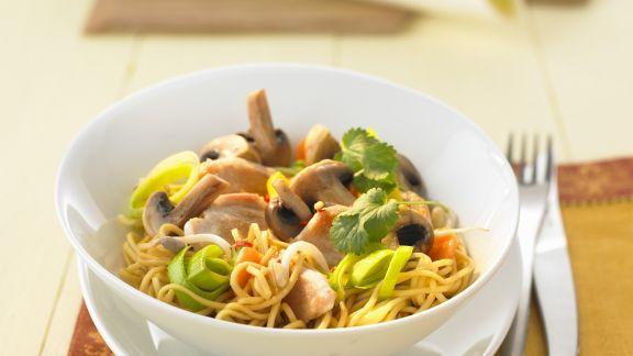 Rezept: Wok-Pfanne mit Hähnchen, Pilzen und Porree