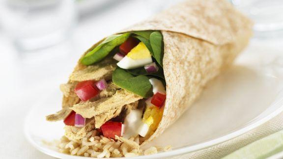 Rezept: Wrap mit Hähnchensalat gefüllt