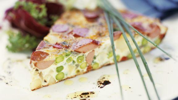 Rezept: Würstchen-Spargel-Tarte mit Salat