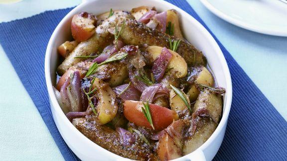 Rezept: Würstchenpfanne mit Äpfeln und roten Zwiebeln