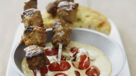 Rezept: Würzige Fleischspieße mit Knoblauch-Cherrytomaten-Soße