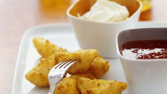 Rezept: Würzige Kartoffelecken mit Chilisoße und Schmanddip