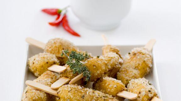 Rezept: Würzige Kräuter-Salzkartoffeln mit Chilisoße