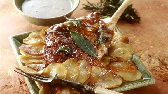 Rezept: Würzige Lammkeule mit Kräutern und Kartoffeln
