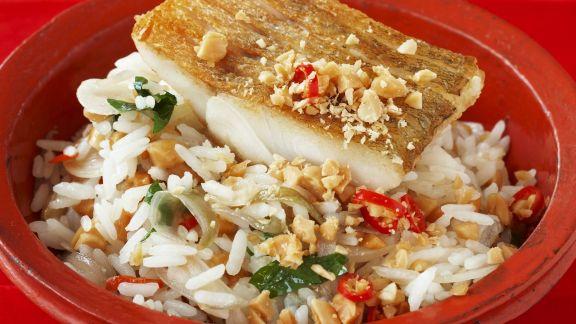 Rezept: Zanderfilet auf gebratenem Reis mit Erdnüssen