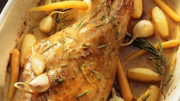 Rezept: Zickleinkeule mit Karotten, Knoblauch und Kartoffeln
