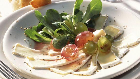 Rezept: Ziegen-Camembert mit Weintrauben und Feldsalat