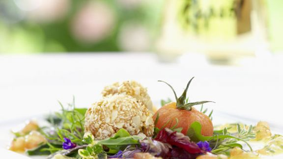 Rezept: Ziegenfrischkäsekrapfen auf Salat mit Tomatenrapsölmarinade