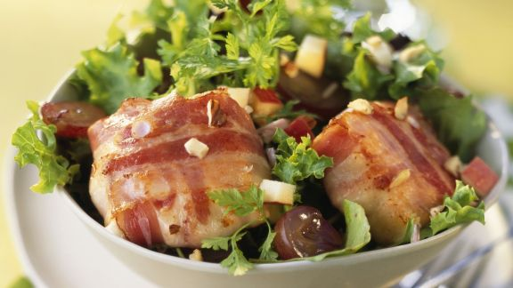 Rezept: Ziegenkäse in der Speckhülle mit Salat