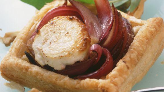 Rezept: Ziegenkäse-Küchlein mit Balsamico-Zwiebeln