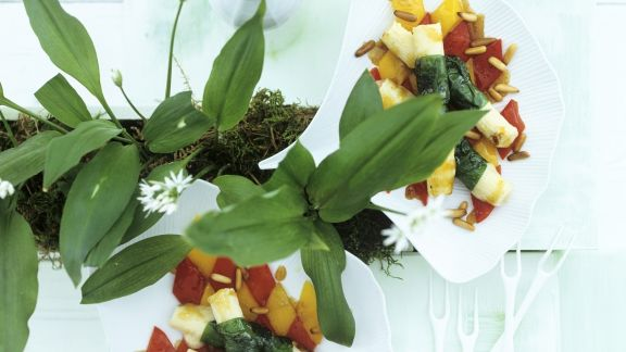 Rezept: Ziegenkäse mit Bärlauchwickel und Paprikasalat
