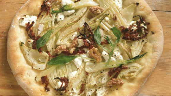 Rezept: Ziegenkäse-Pizza mit Fenchel, Walnüssen und getrockneten Tomaten