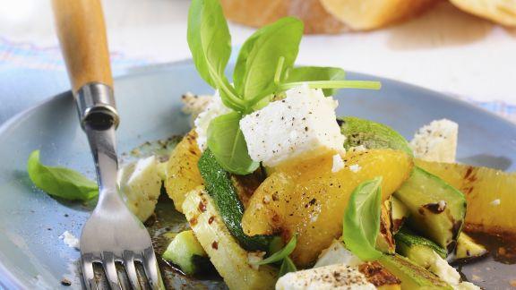 Rezept: Zucchini in Marinade mit Schafskäse und Orangen