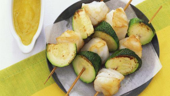 Rezept: Zucchini-Kabeljau-Spieße mit Mangodip