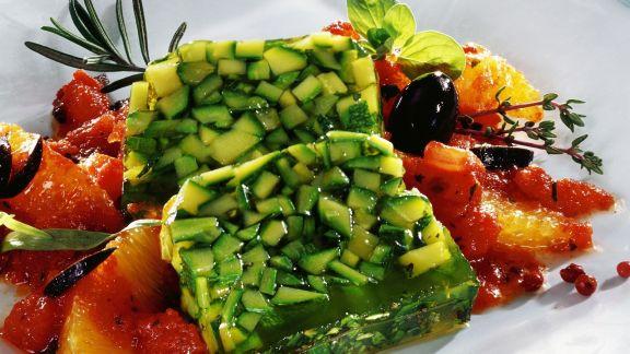 Rezept: Zucchini-Kräuter-Sülze mit Tomatengemüse
