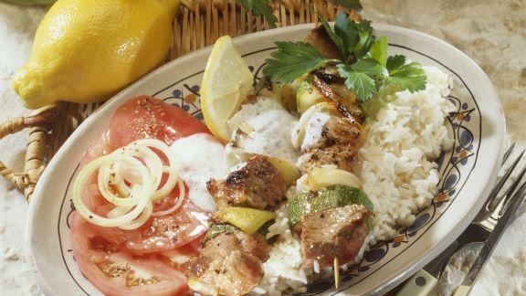 Rezept: Zucchini-Lammfleisch-Spieße mit Joghurtdip und Reis