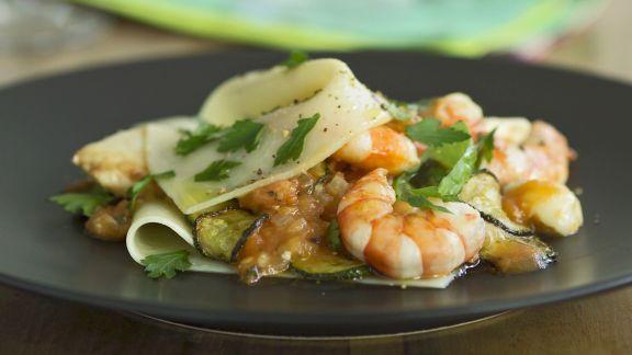 Rezept: Zucchini-Lasagne mit Jakobsmuscheln und Shrimps