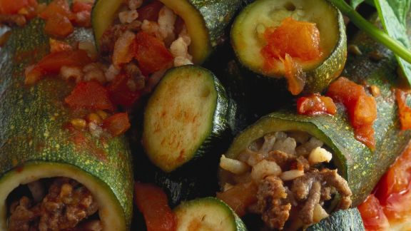 Rezept: Zucchini mit Hackfleisch und Gemüse gefüllt