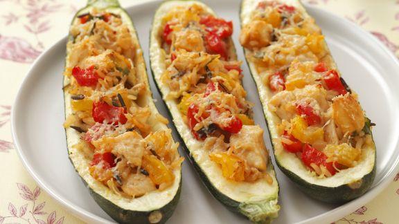 Rezept: Zucchini-Schiffchen mit Huhn, Reis und Paprika