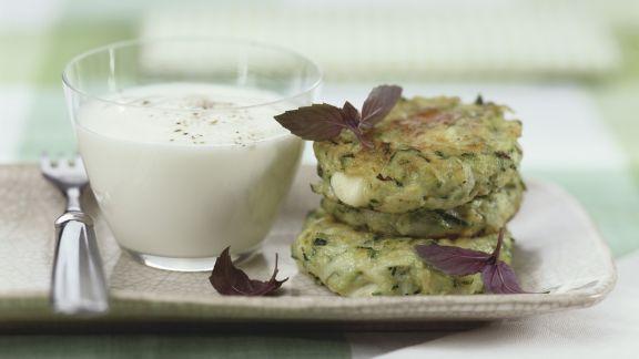 Rezept: Zucchiniküchlein mit Joghurtdip