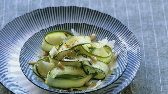 Rezept: Zucchinisalat mit gehobeltem Parmesan und Pinienkernen