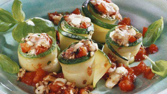 Rezept: Zucchinistreifen mit Mozzarella und Tomate