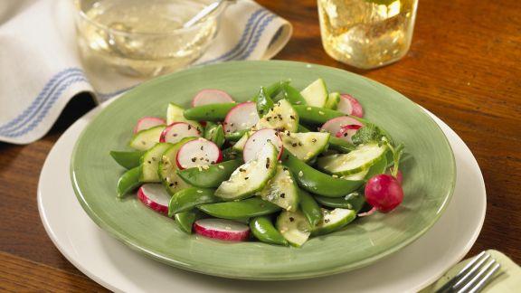 Rezept: Zuckerschoten-Gurken-Salat mit Radieschen und Sesamsaat