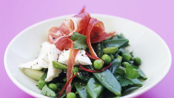 Rezept: Zuckerschotensalat mit Ziegenfrischkäse und Schinken