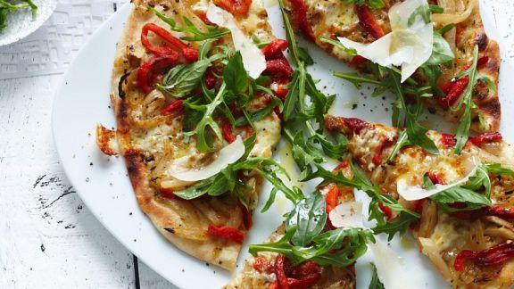 zwiebel paprika pizza mit rucola rezept eat smarter. Black Bedroom Furniture Sets. Home Design Ideas