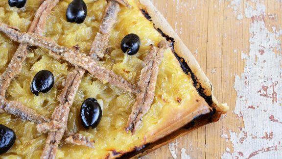 Rezept: Zwiebelkuchen mit Oliven und Sardellen