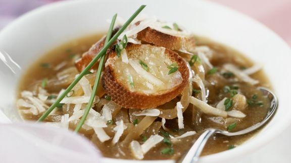 Rezept: Zwiebelsuppe mit Käsebrot