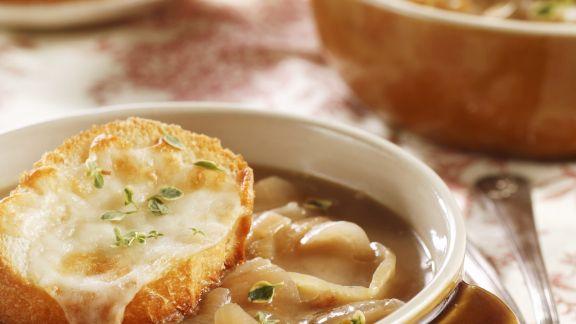 Rezept: Zwiebelsuppe mit überbackenem Käsebrot