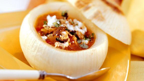 Rezept: Zwiebelsuppe nach spanischer Art in ausgehöhlter Zwiebel