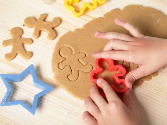 Kinderhände stechen Plätzchen aus