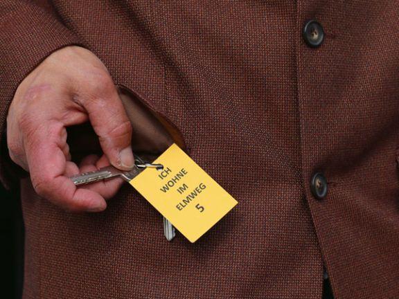 Alzheimer-Demenz - Mann hat Adresse an seinem Schlüsselbund