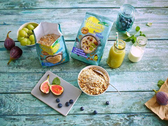 Tisch mit Allos Müslis, Obst und einer Schale