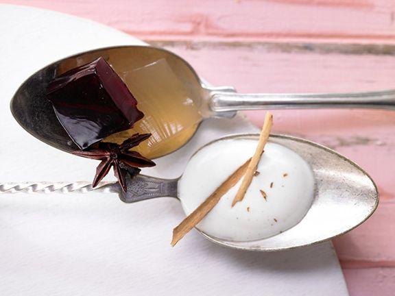Glühwein-Götterspeise mit Honig-Zimt-Sauce