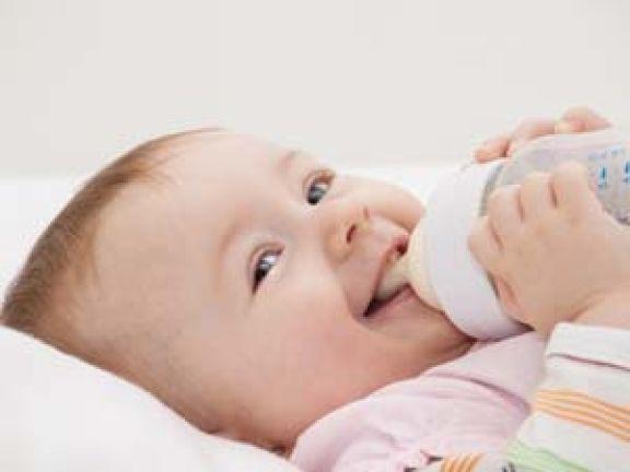 Gesunde Baby-Flaschennahrung © ManEtli - Fotolia.com