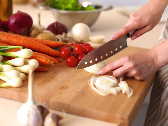 Frau schneidet Gemüse