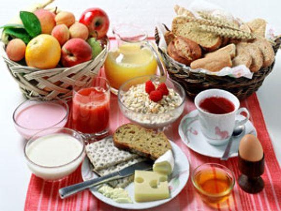 Gedeckter Frühstückstisch mit Tee