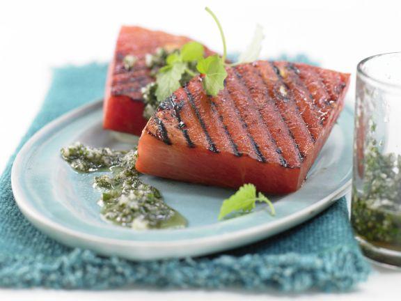 Gegrillte Wassermelone mit Macadamia-Melissen-Pesto