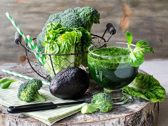 Grüner Smoothie aus verschiedenen Gemüsesorten