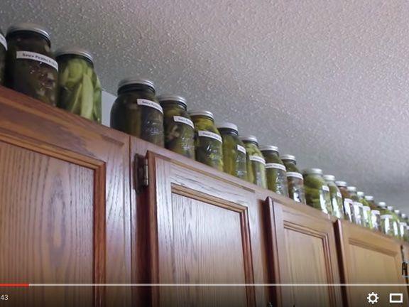 Eingelegte Gurken auf einem Küchenschrank