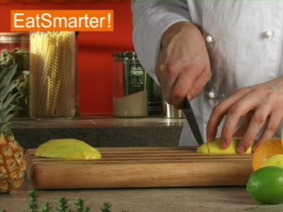 eine mango in streifen schneiden eat smarter. Black Bedroom Furniture Sets. Home Design Ideas