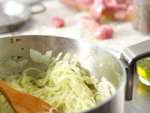 Küchentechnik: Glasig dünsten.