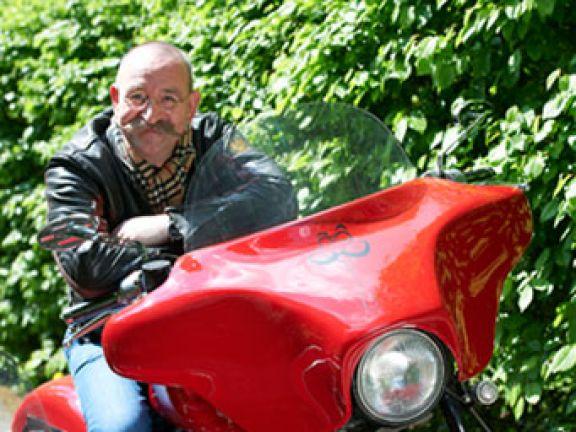 Mit dem Oldie-Motorrad durch die Lande: Koch Horst Lichter auf Reisen.