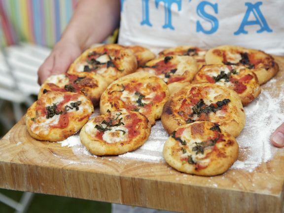 kleine pizzen rezept eat smarter. Black Bedroom Furniture Sets. Home Design Ideas