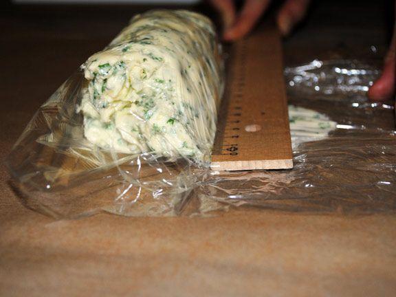 Kräuterbutter mit dem Lineal in Form bringen